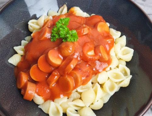 Tomatensauce mit Würstchen